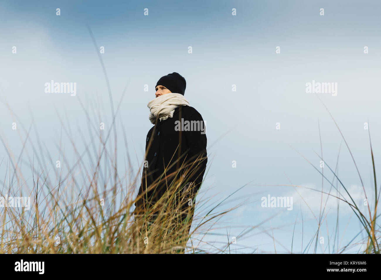 Woman wearing beanie and scarf - Stock Image