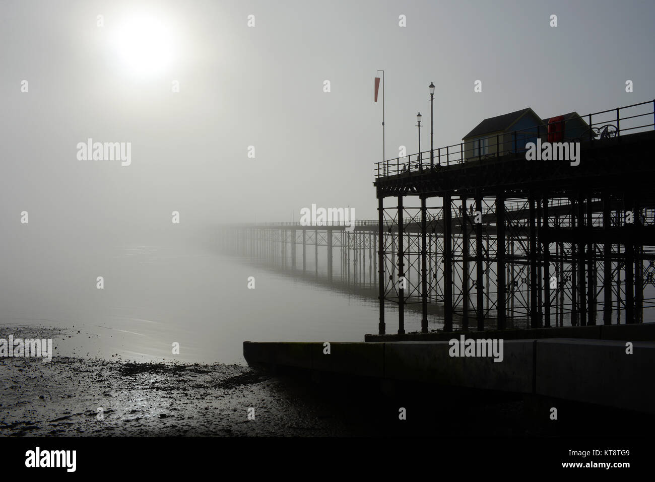 thick-fog-hangs-over-the-thames-estuary-enveloping-southend-pier-people-KT8TG9.jpg