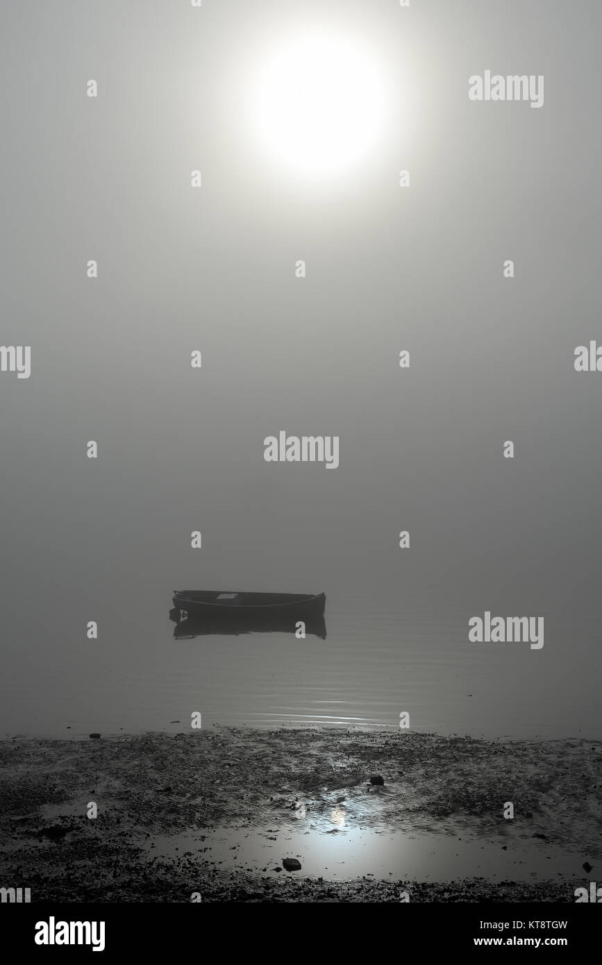 thick-fog-hanging-over-the-thames-estuary-enveloping-a-boat-in-southend-KT8TGW.jpg
