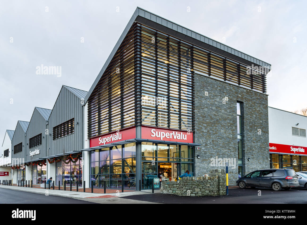 newly-built-supervalu-supermarket-in-bantry-county-cork-ireland-with-KTT8WH.jpg