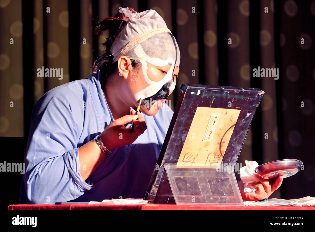 A Peking Opera actor applying makeup, Liyuan Theatre, Beijing, China - Stock Image