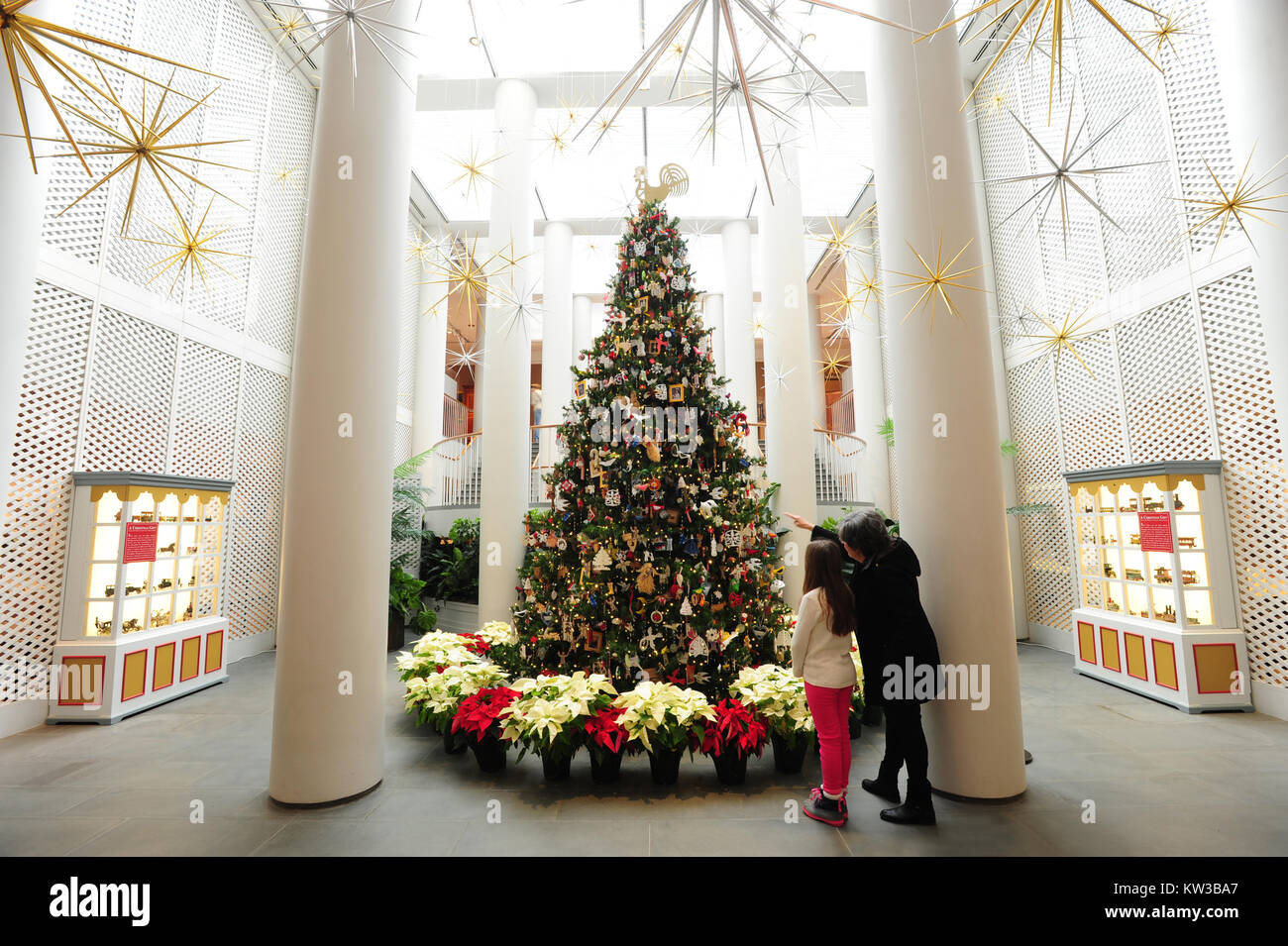 USA Virginia VA Colonial Williamsburg Christmas Tree in the Art Museums of Colonial Williamsburg Mother and daughter Stock Photo