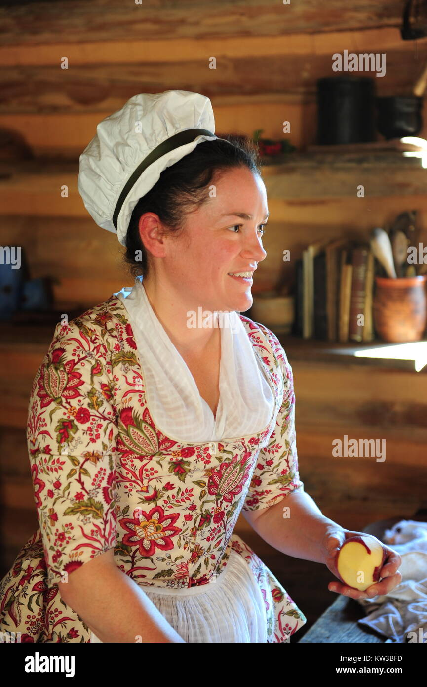 USA Virginia VA Colonial Yorktown American Revolution Museum at Yorktown woman historic interpreter in a colonial Stock Photo