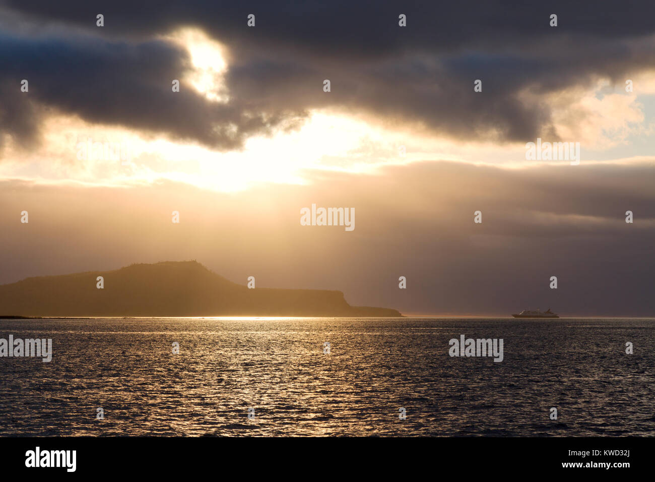 galapagos-travel-sunset-over-cruise-ship-and-floreana-islandgalapagos-KWD32J.jpg