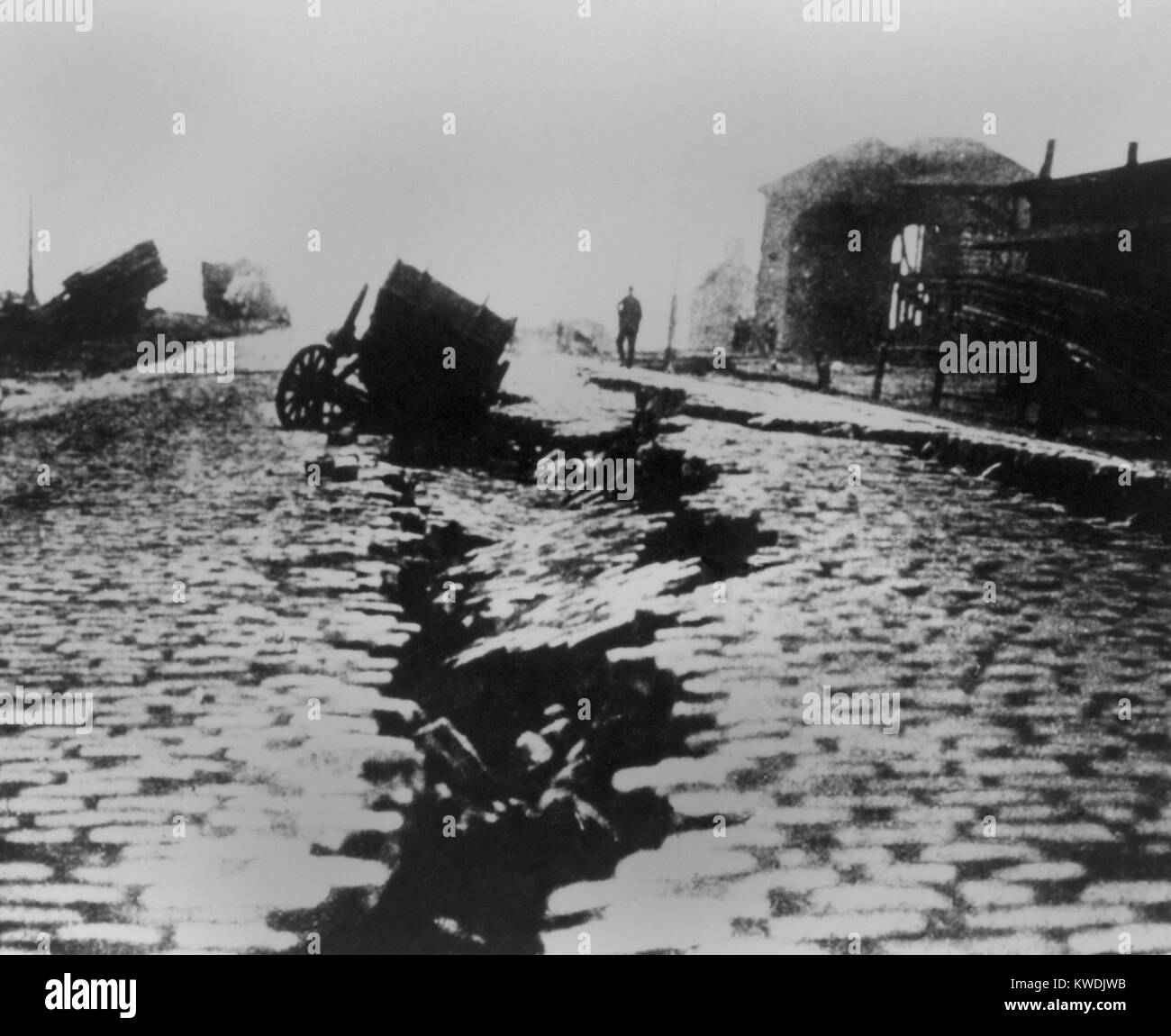 Fissure and sink in East Street near Ferry Building after the San Francisco Earthquake, 1906. A carriage fell into - Stock Image