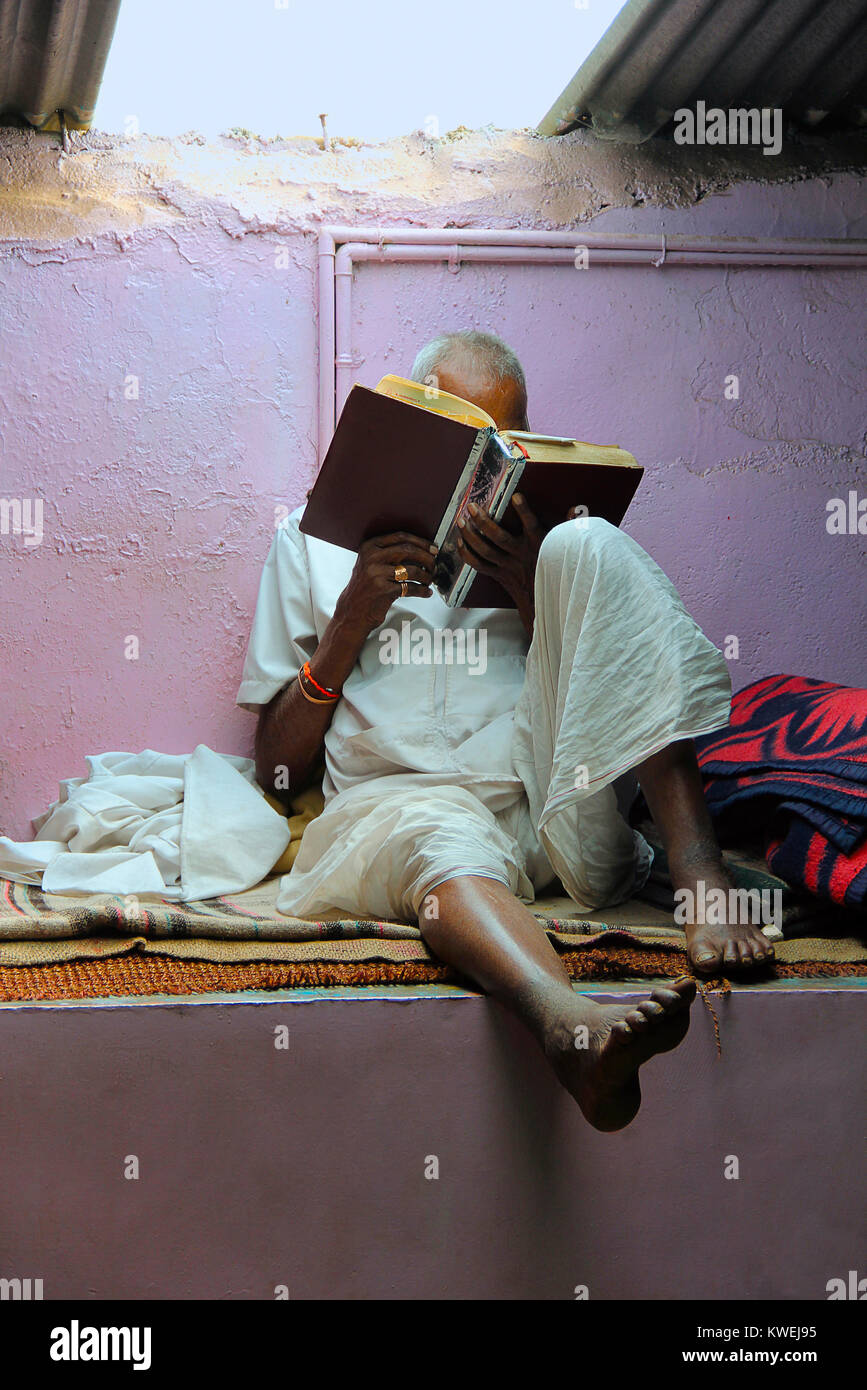 Old man reading holy book, Nilkantheshwar Temple, Panshet, Pune - Stock Image