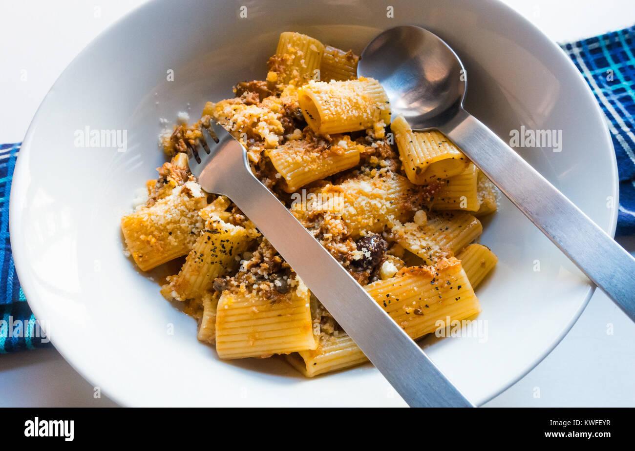 rigatoni-bolognese-large-pasta-tubes-wit