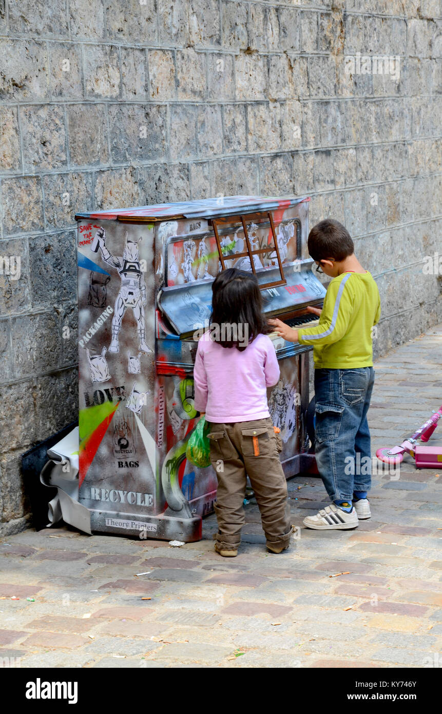 play-me-im-yours-piano-left-in-street-for-anyone-to-play-by-luke-jerram-KY746Y.jpg