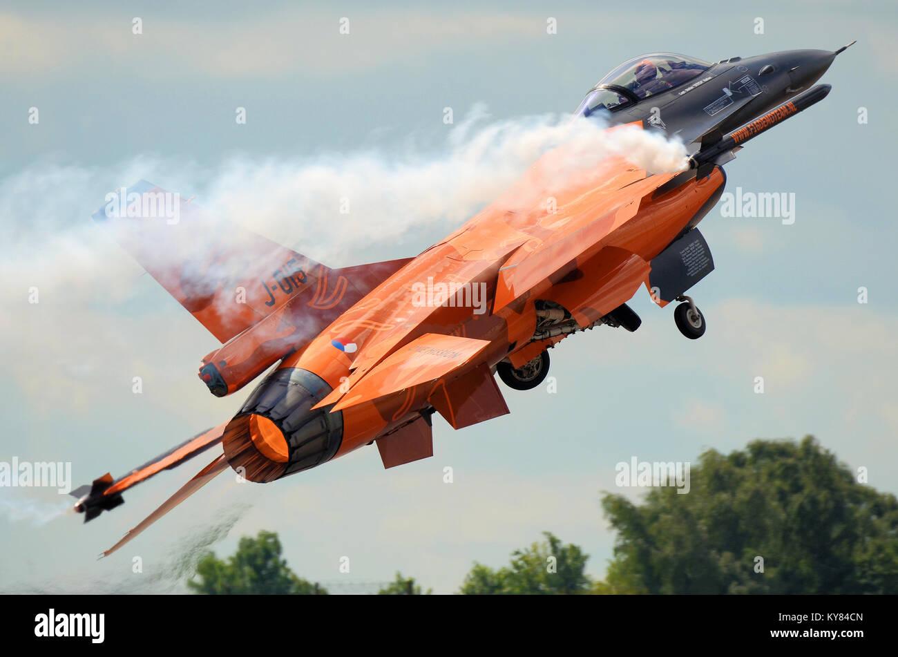 royal-netherlands-air-force-dutch-f-16-demo-team-general-dynamics-KY84CN.jpg