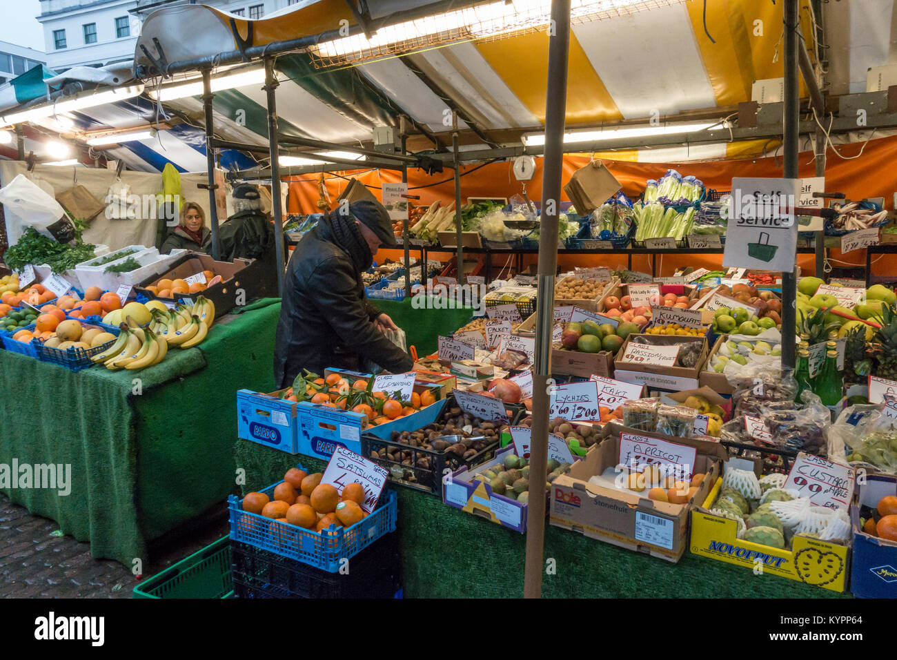 self-service-green-grocer-stall-market-hill-cambridge-cambridgeshire-KYPP64.jpg