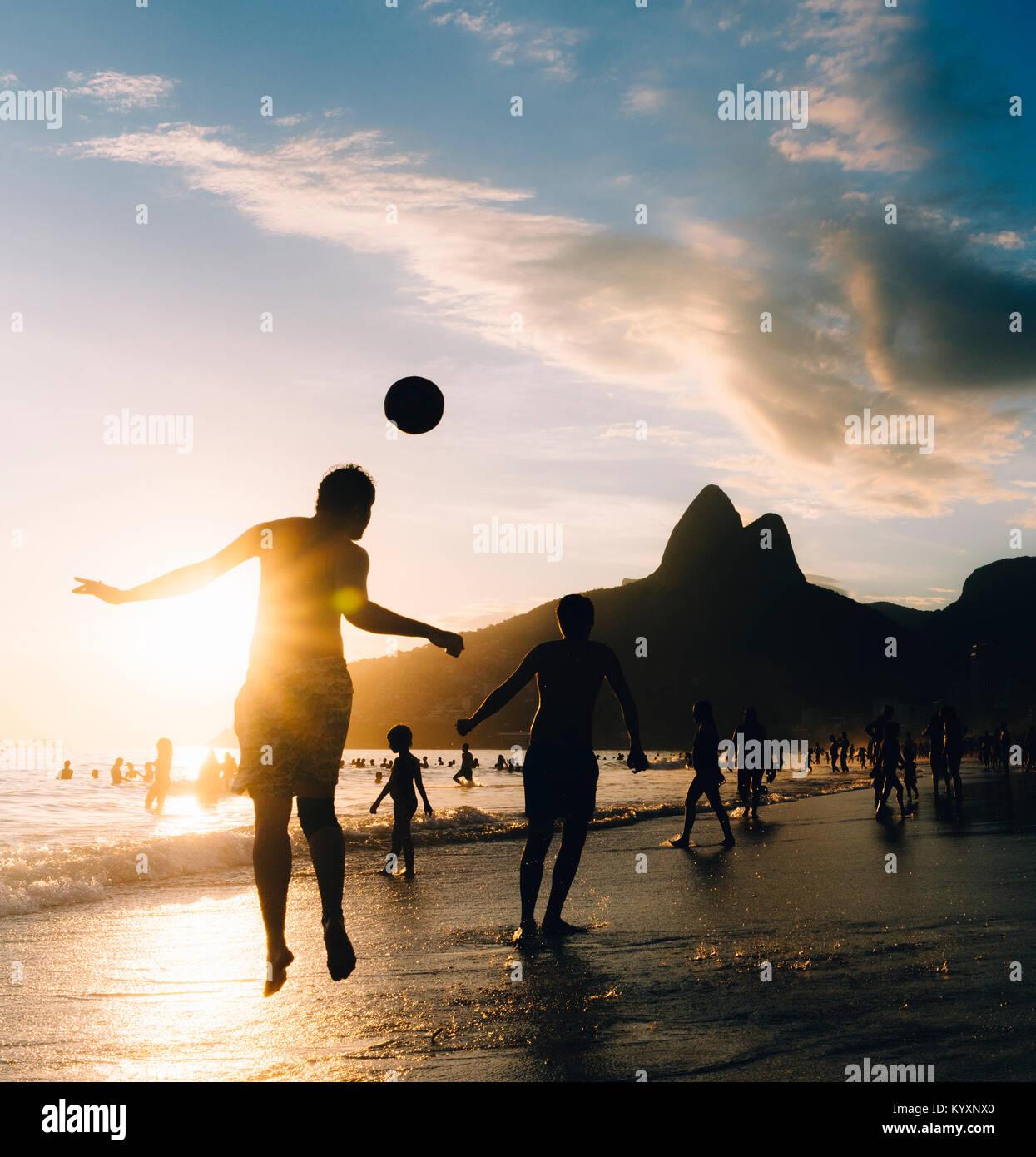 keepy-upply-on-ipanema-beach-rio-de-janeiro-brazil-KYXNX0.jpg