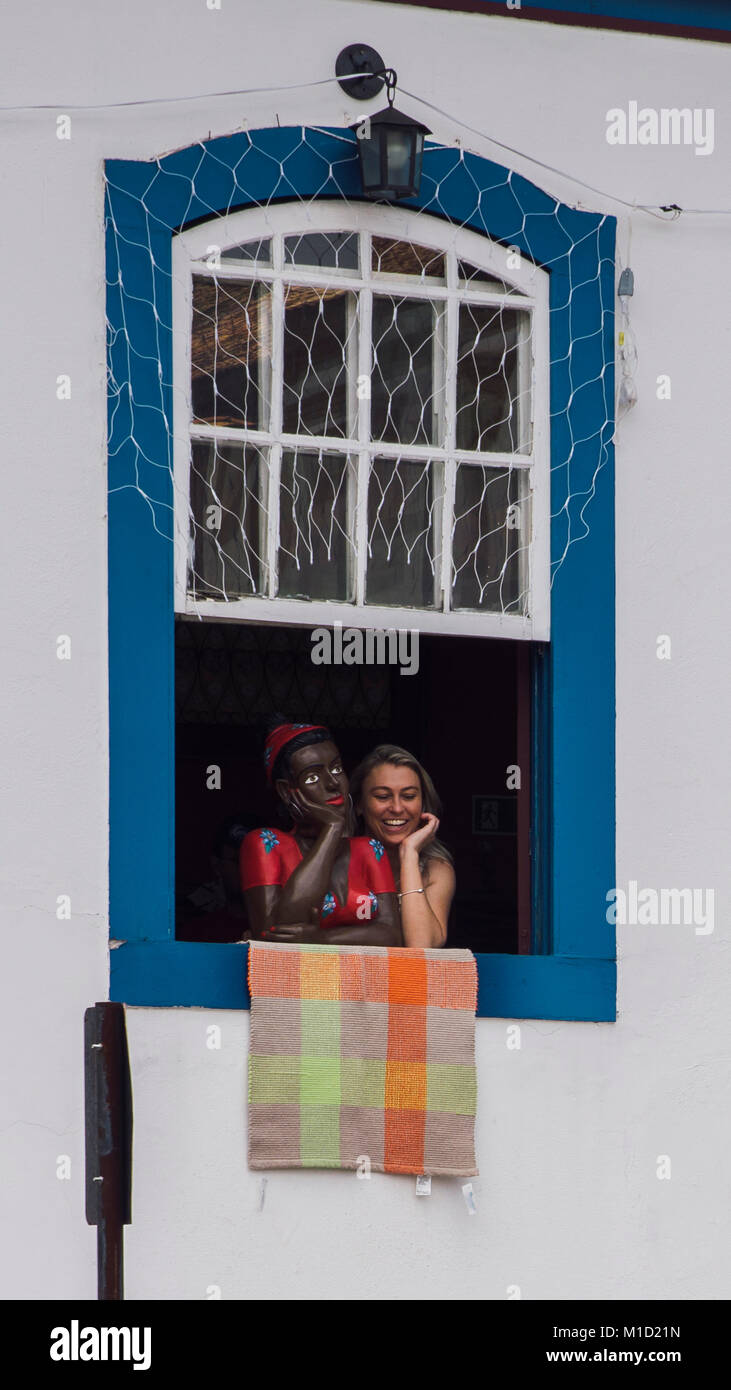black-woman-mannequin-and-tourist-in-ouro-preto-brazil-M1D21N.jpg