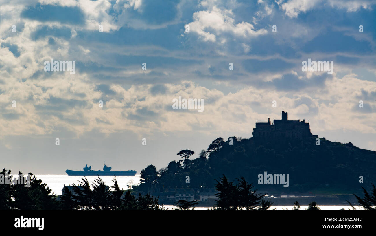 Marazion, Cornwall, UK. 5th Feb 2018. UK Weather. The Queen Elizabeth aircraft carrier was making the most of the - Stock Image