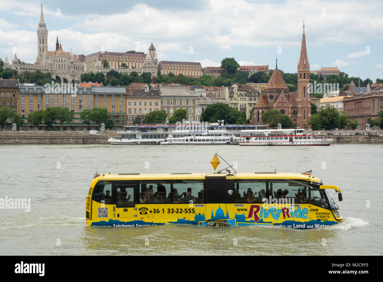 amphibious-river-bus-full-of-tourists-on-the-danube-in-budapest-hungary-M2C9Y5.jpg
