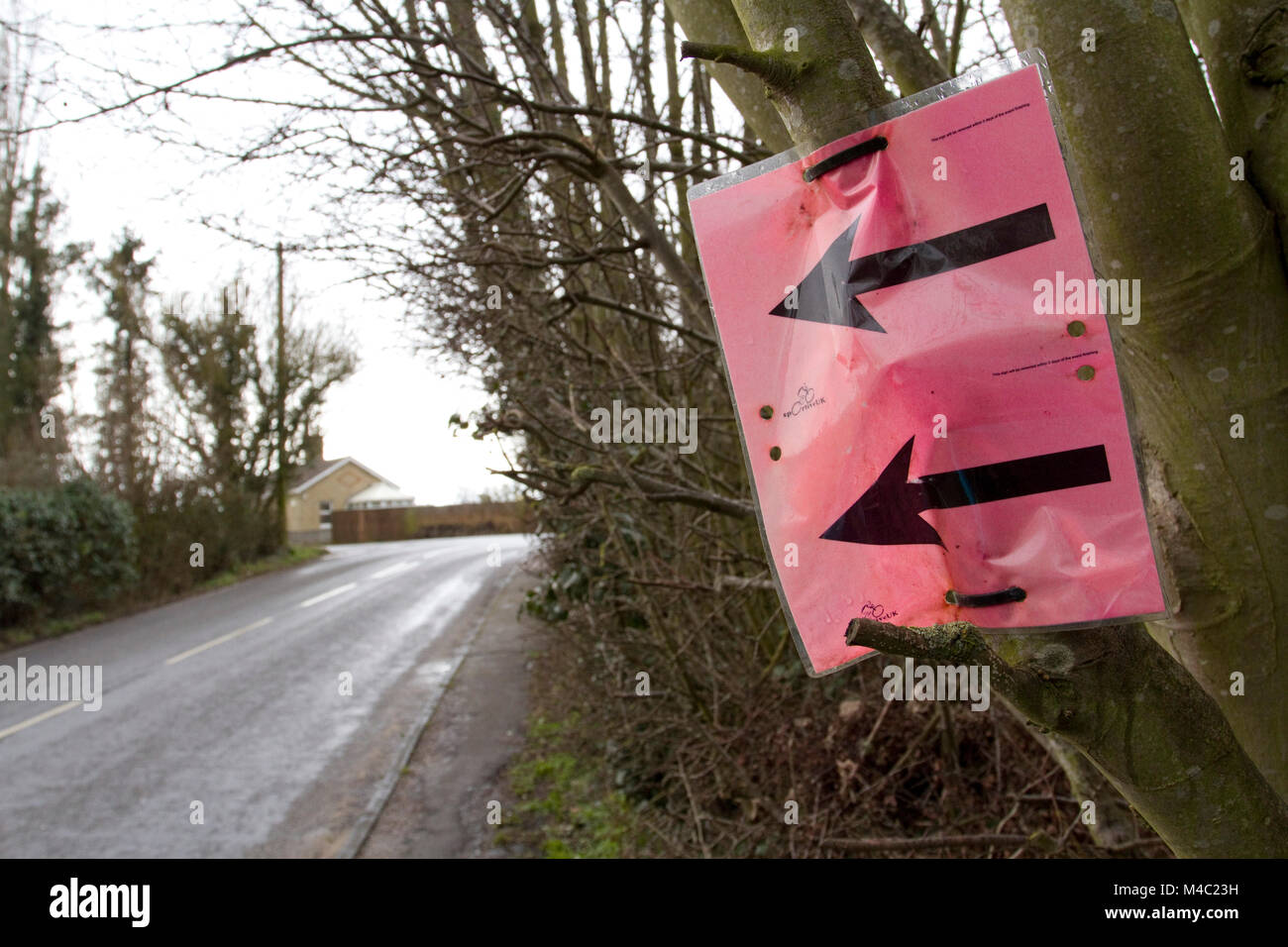 Black arrows on red/pink background for a sporting event - Stock Image
