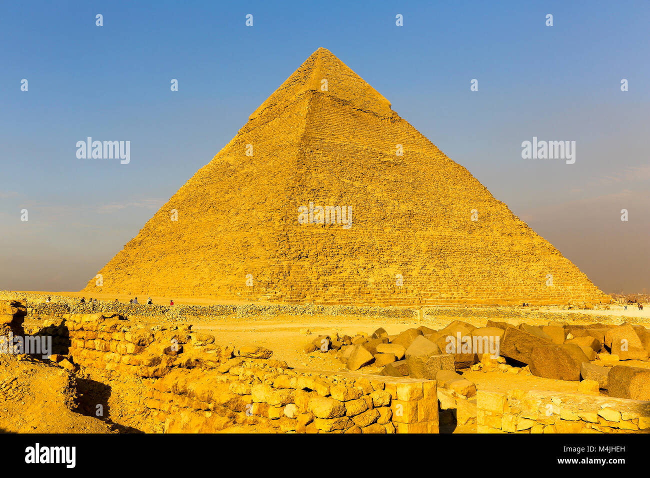 the-great-pyramid-of-giza-pyramids-giza-egypt-north-africa-M4JHEH.jpg