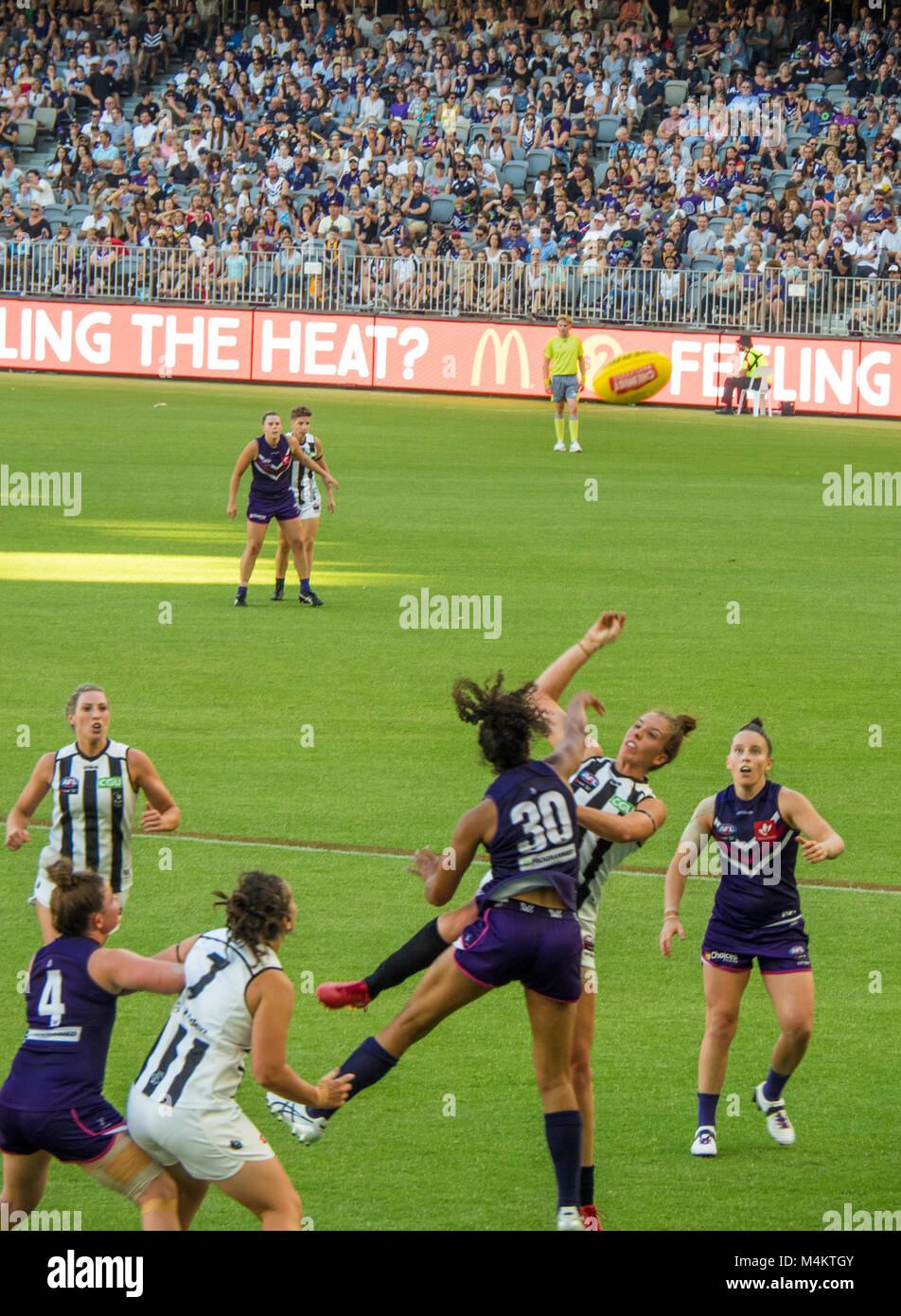 afl-fremantle-football-club-womens-team-playing-against-collingwood-M4KTGY.jpg