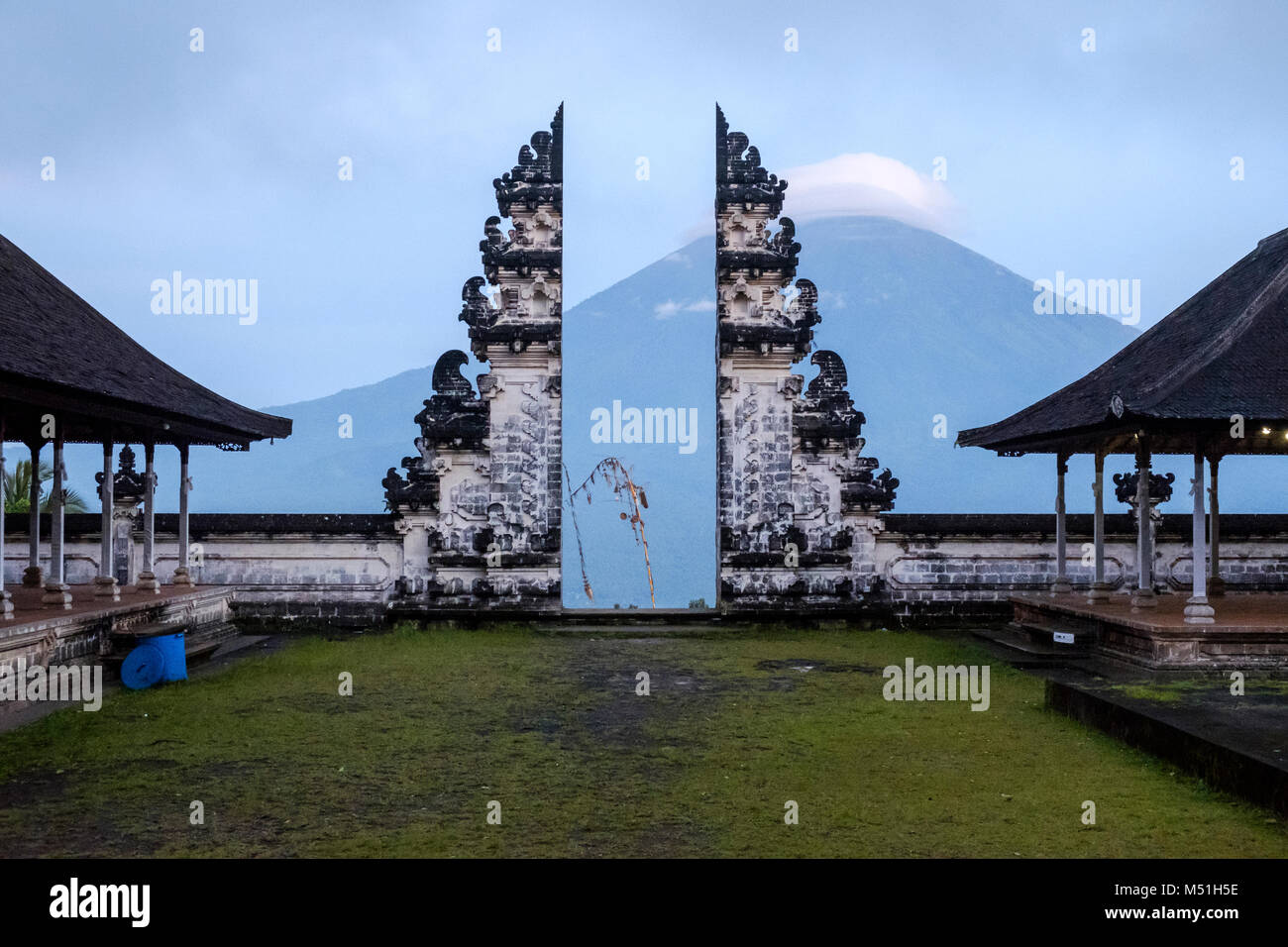 Gunung Agung volcano and 'candi bentar' (a traditional Balinese gate) seen from the outer sanctum at Pura - Stock Image