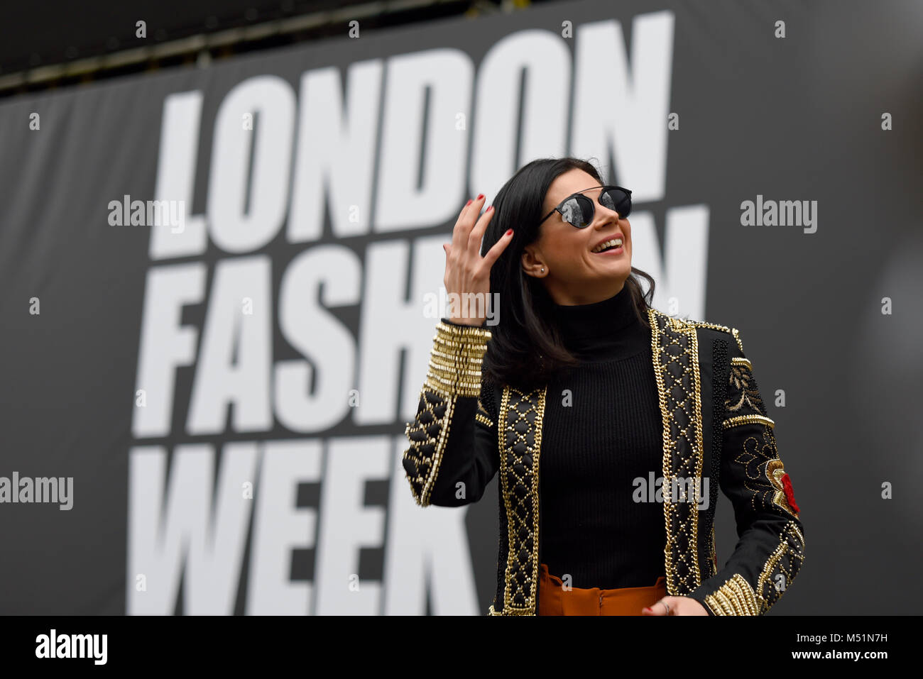 model-posing-by-london-fashion-week-sign-female-girl-woman-space-for-M51N7H.jpg