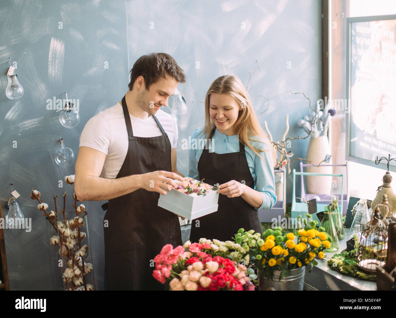 man and woman preparing surprise for purchaser - Stock Image