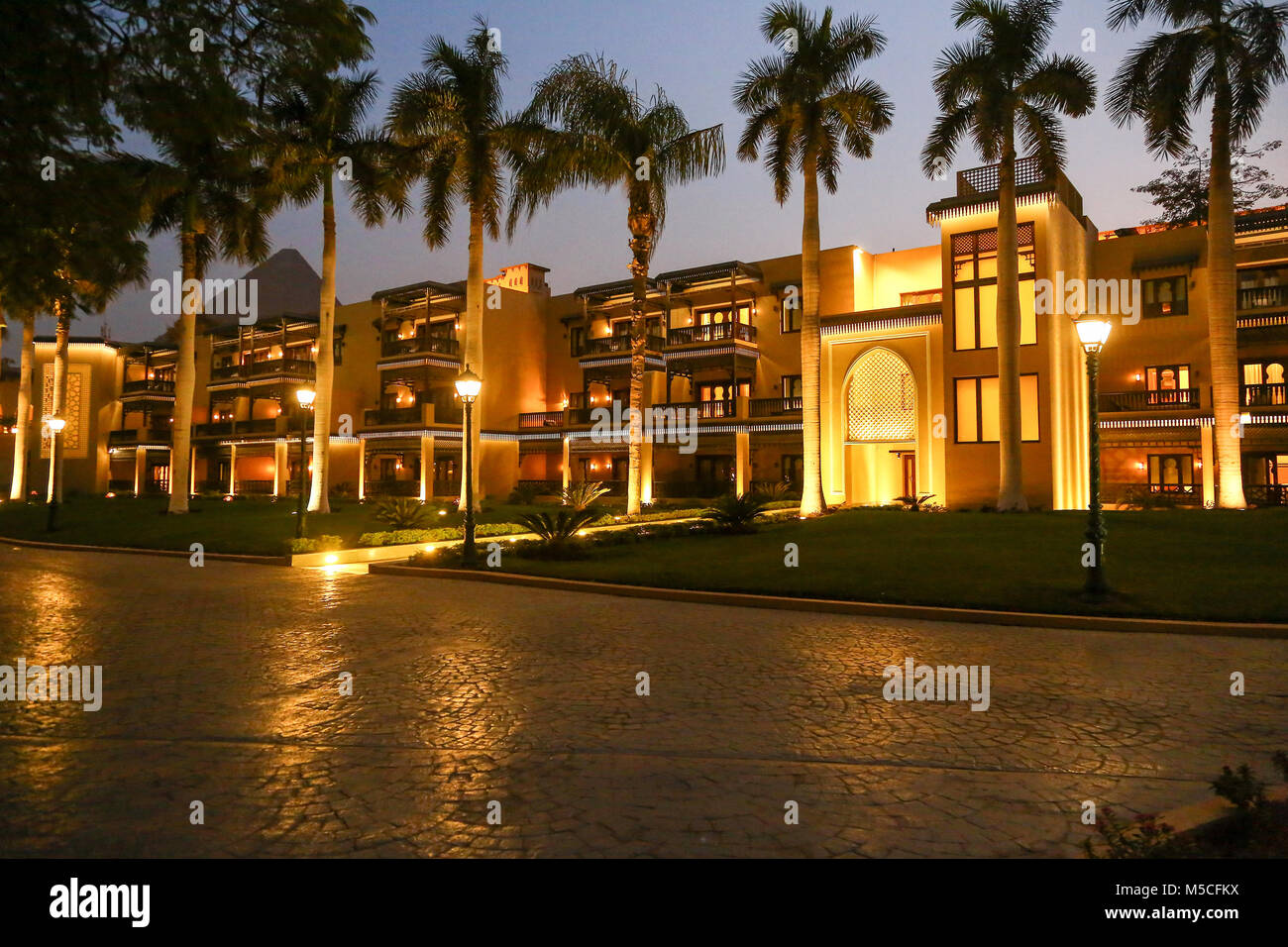 evening-or-night-time-view-of-the-mena-house-hotel-giza-cairo-egypt-M5CFKX.jpg