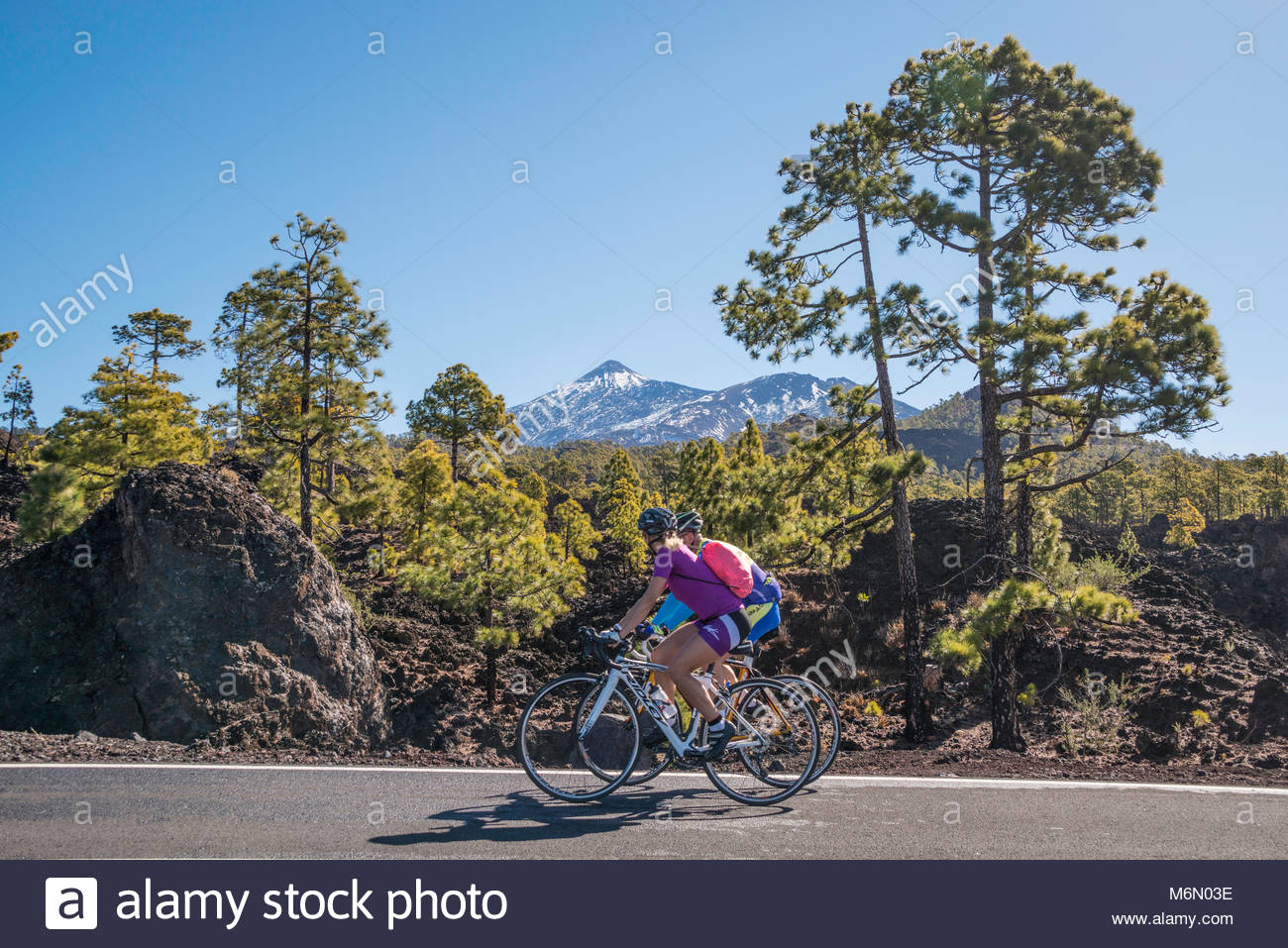 cyclists-on-the-road-past-snow-capped-mount-teide-M6N03E.jpg