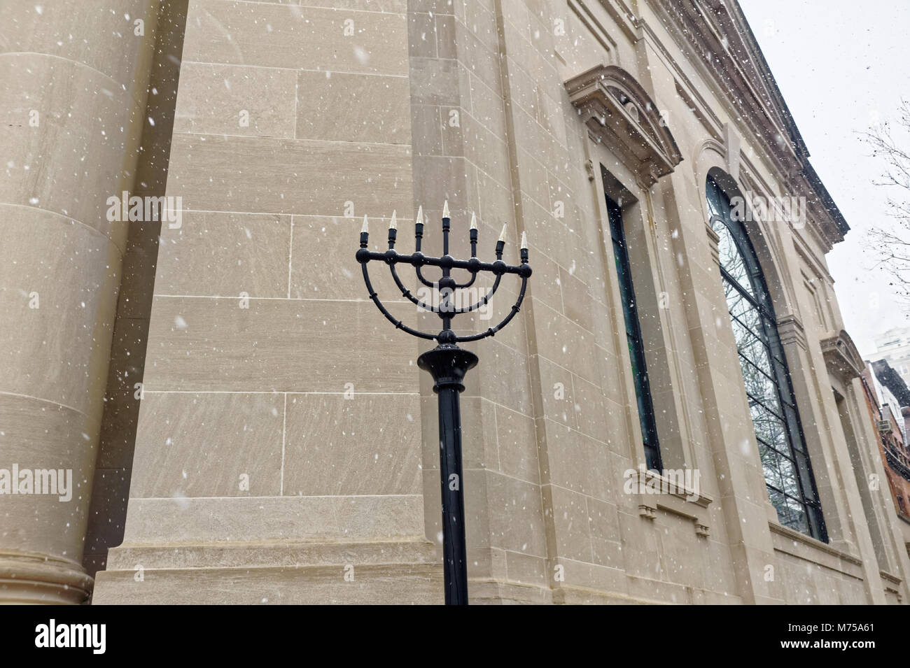 Menorah in front of the Beth Elohim synagogue in Brooklyn, New York. - Stock Image