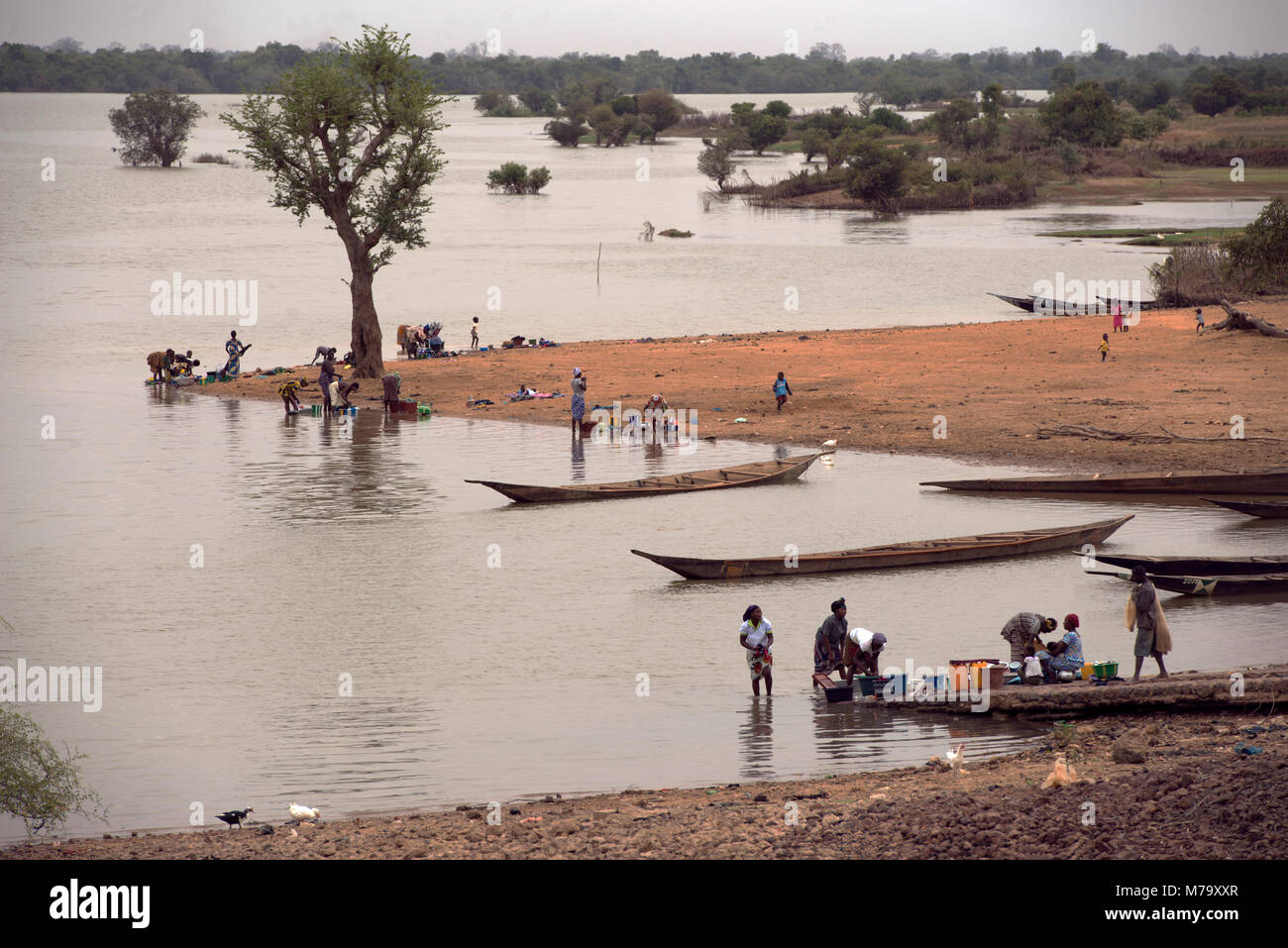 People from a small riverine community washing their clothes and utensils in the River Bani, Mopti Region, Mali, - Stock Image
