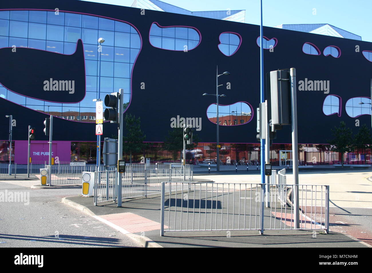 Pedestrian crossing in front of The Public designed by Will Alsop and now part of Sandwell College, West Bromwich - Stock Image