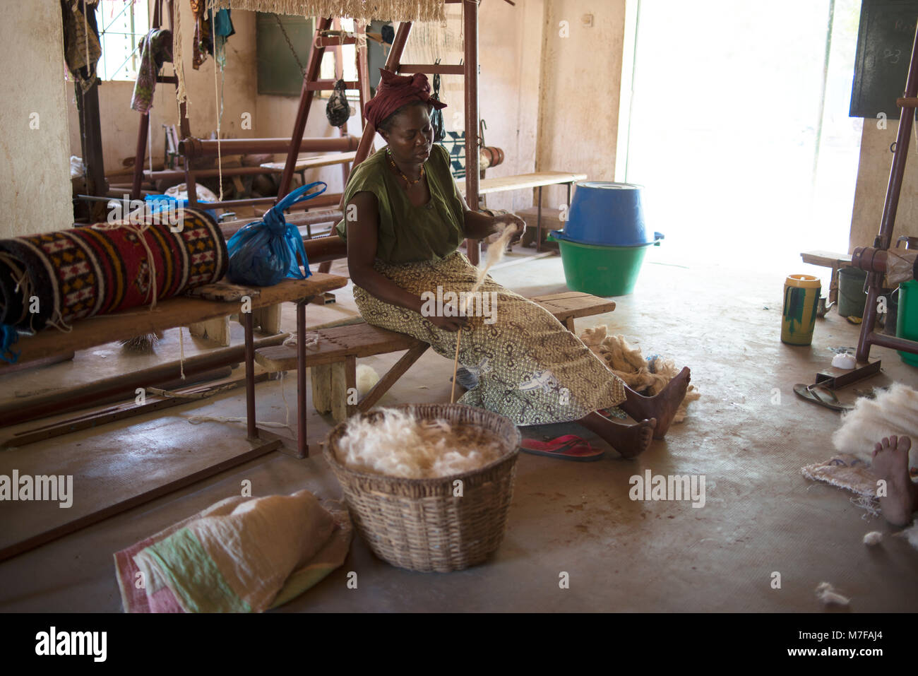 A woman spins wool that is used to make carpets. Segou, Mali, West Africa. - Stock Image