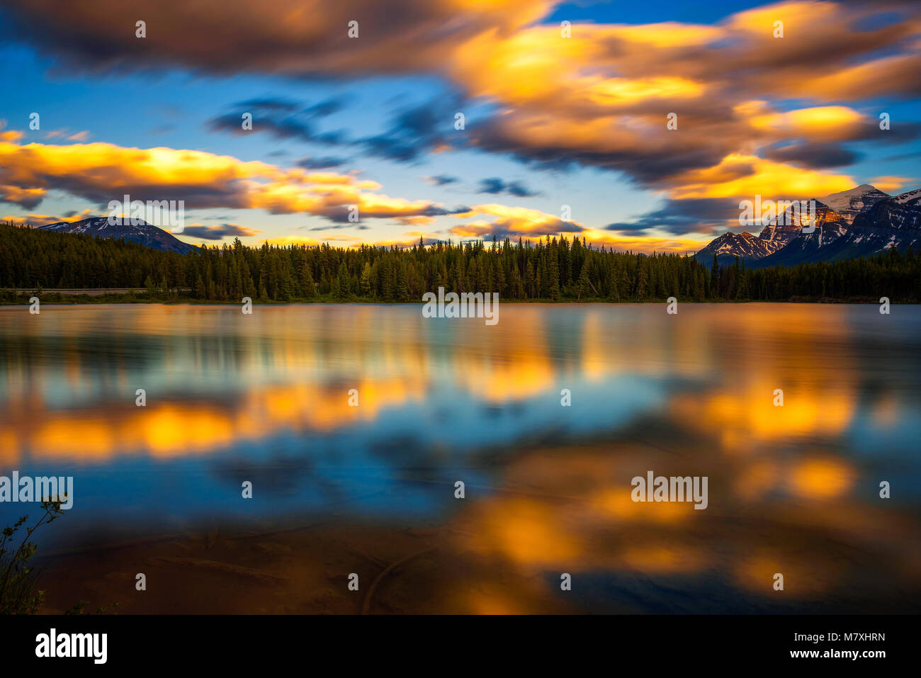 sunset-over-herbert-lake-in-banff-national-park-alberta-canada-M7XHRN.jpg