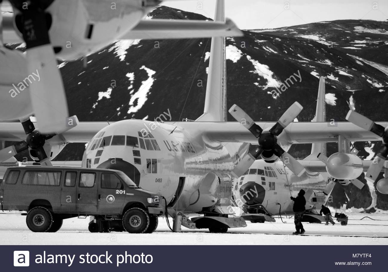 . Maintenance crews work on a Lockheed LC-130 ''Hercules'' on the annual sea ice runway near McMurdo - Stock Image