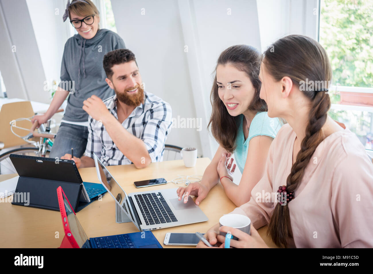 Proficient co-workers using wireless technology for telecommuting - Stock Image