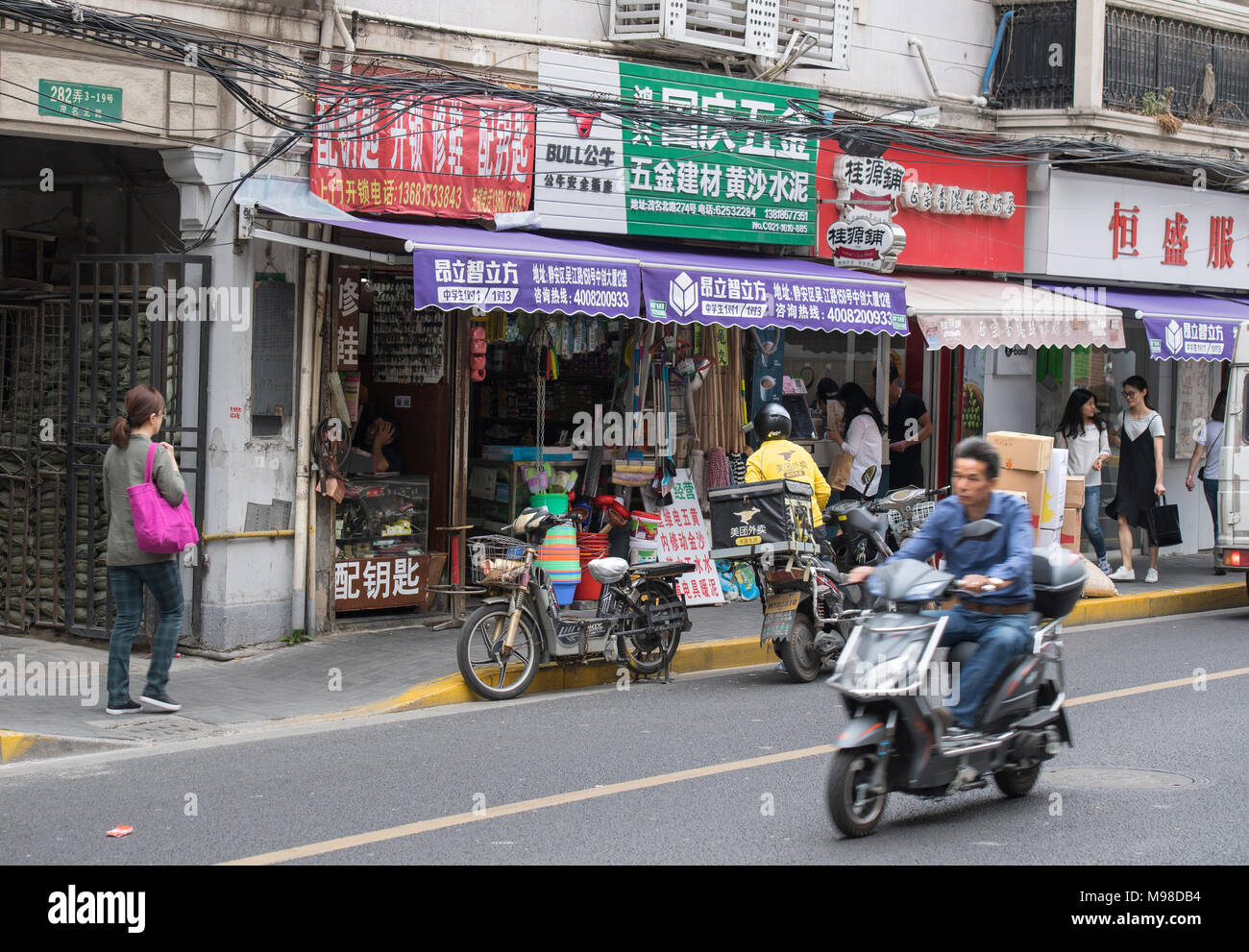Busy street in the center of Shanghai, China - Stock Image