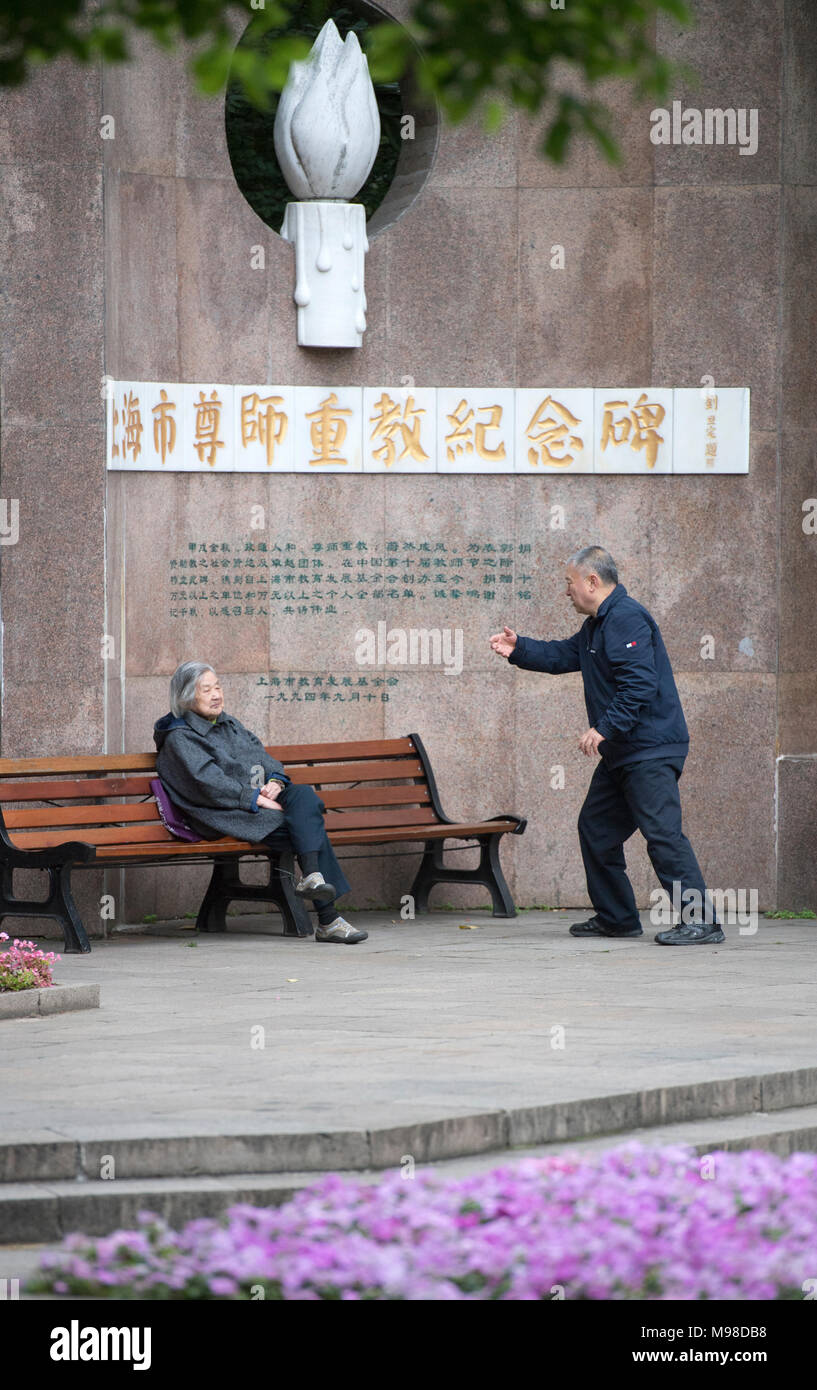Elderly man doing tai chi in Jing'an Park, Shanghai, China - Stock Image