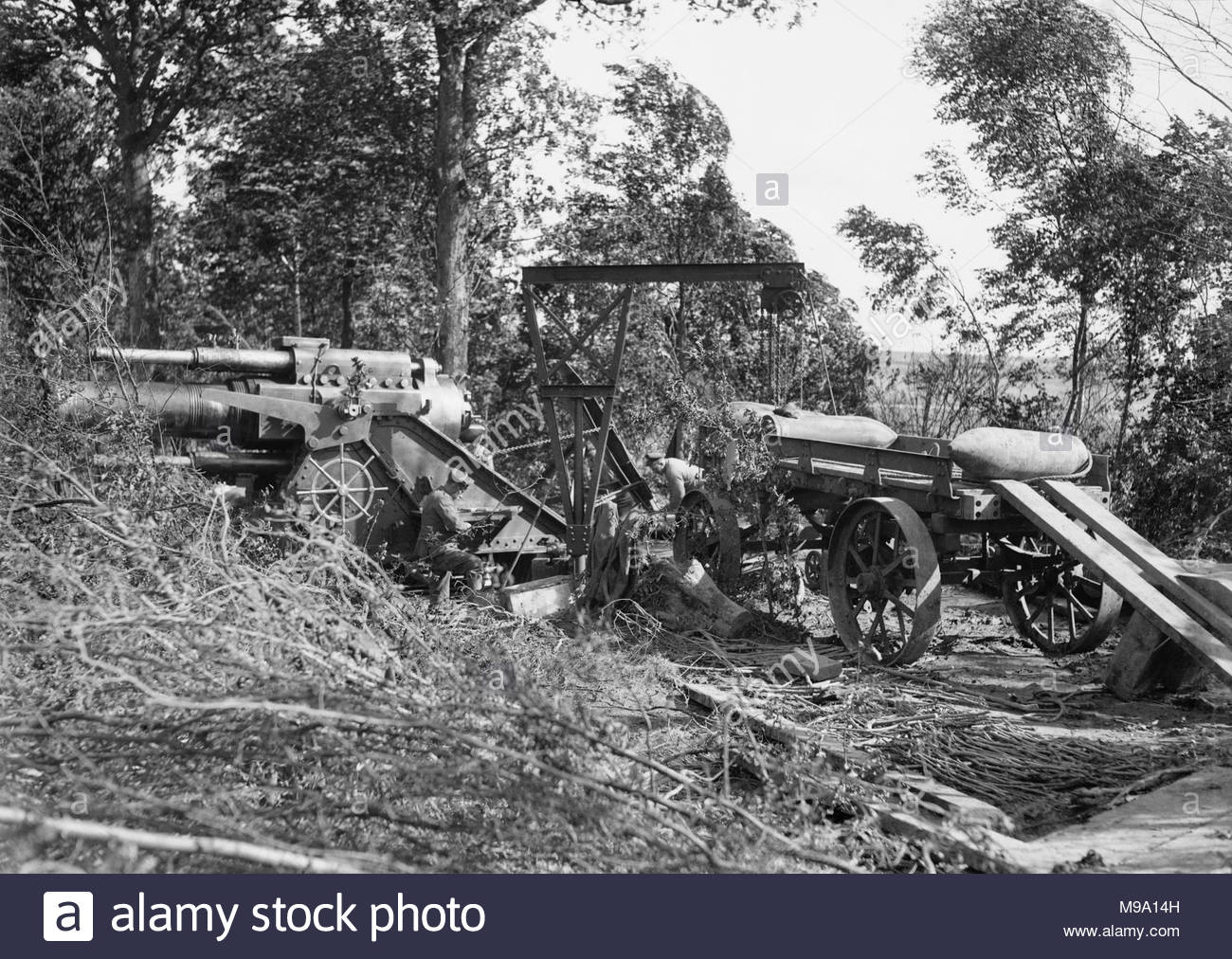 The Battle of the Somme, July - November 1916 The Royal Engineers No.1 Printing Company. A 15 inch howitzer is loaded (the 15 inch howitzers were the heaviest of the British guns but there were only six on the 18 miles of the battlefront). - Stock Image