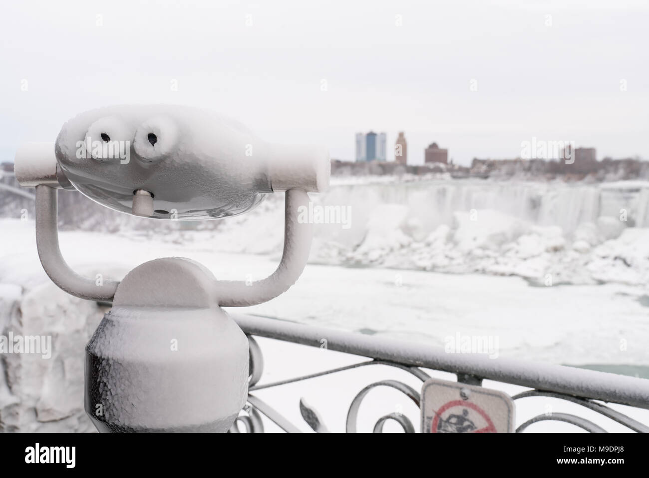 ice-covered-binoculars-with-american-niagara-falls-in-background-M9DPJ8.jpg