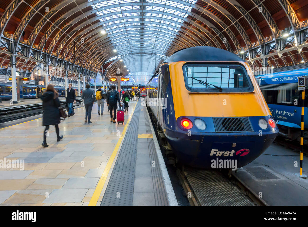 trains-sit-at-the-platform-at-paddington-railway-station-in-london-uk-MA9A7A.jpg