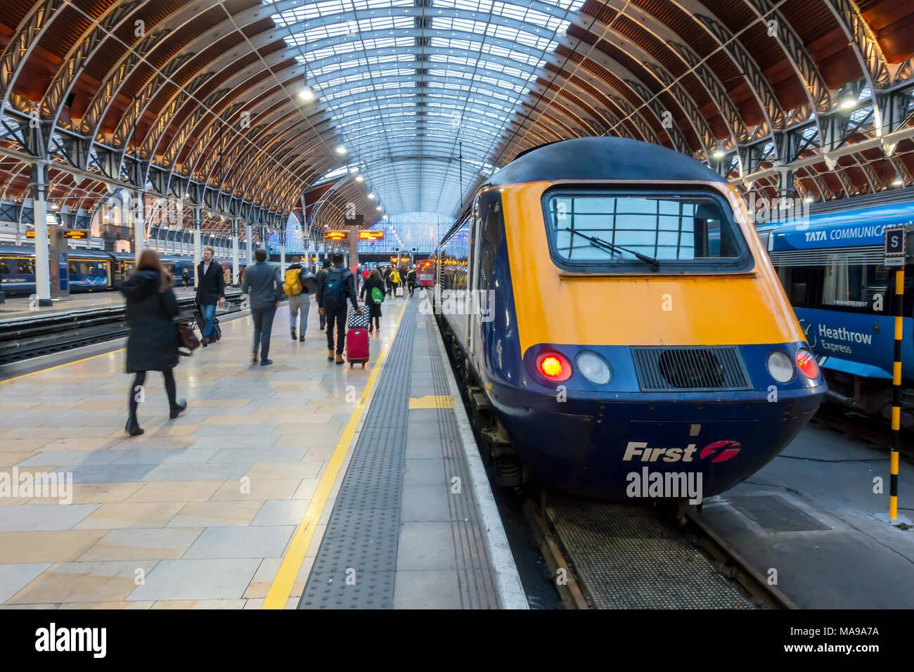 trains-sit-at-the-platform-at-paddington-railway-station-in-london-uk-MA9A7A.jpg