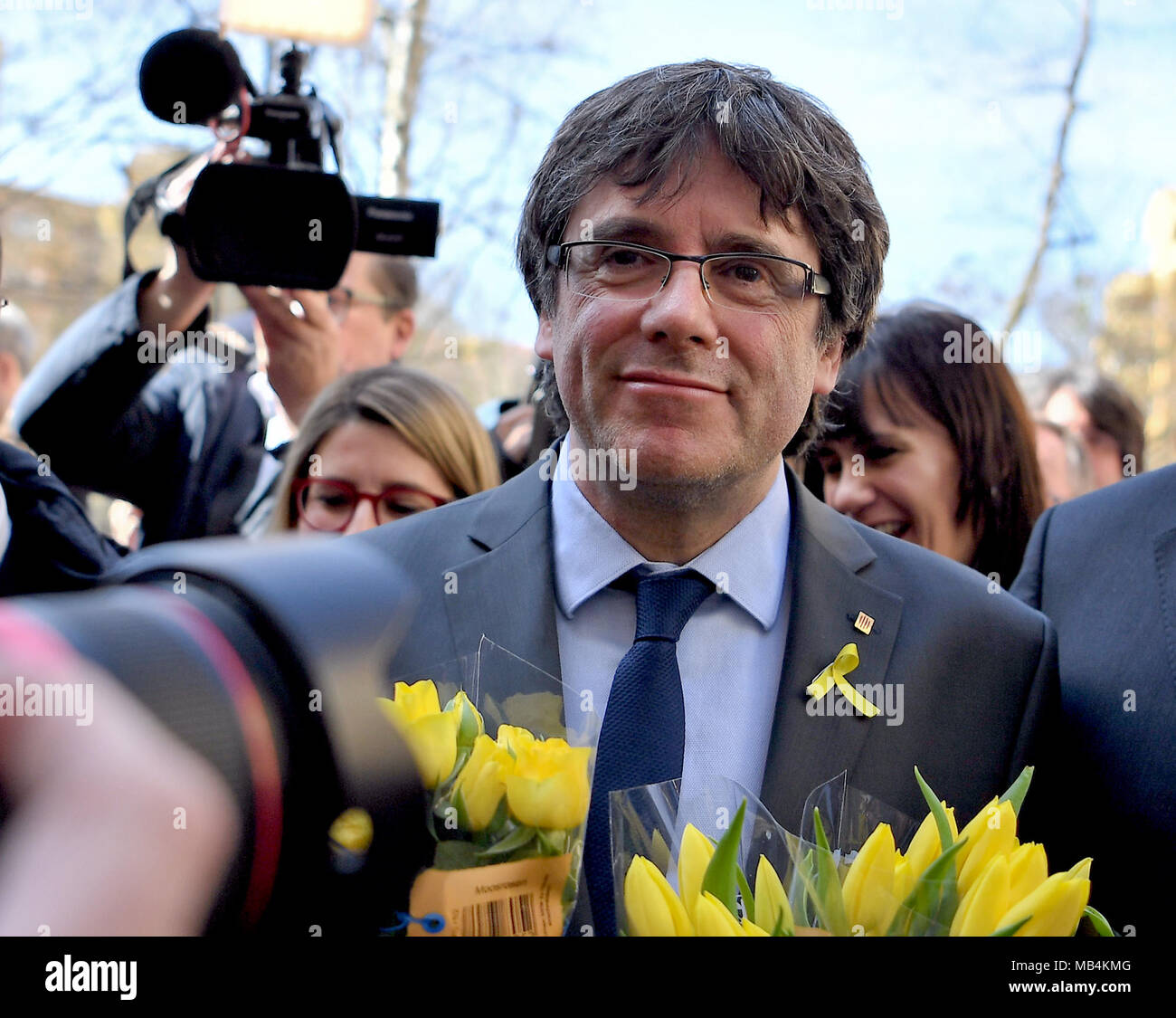 Berlin, Germany. 7th April 2018. Carles Puigdemont, former president of the Spanish region of Catalonia, standing with his supporters before the hall where he had just given a press conference. The Catalonian separatist leader was conditionally released yesterday from detention in Germany. Photo: Britta Pedersen/dpa-Zentralbild/ZB Credit: dpa picture alliance/Alamy Live News - Stock Image
