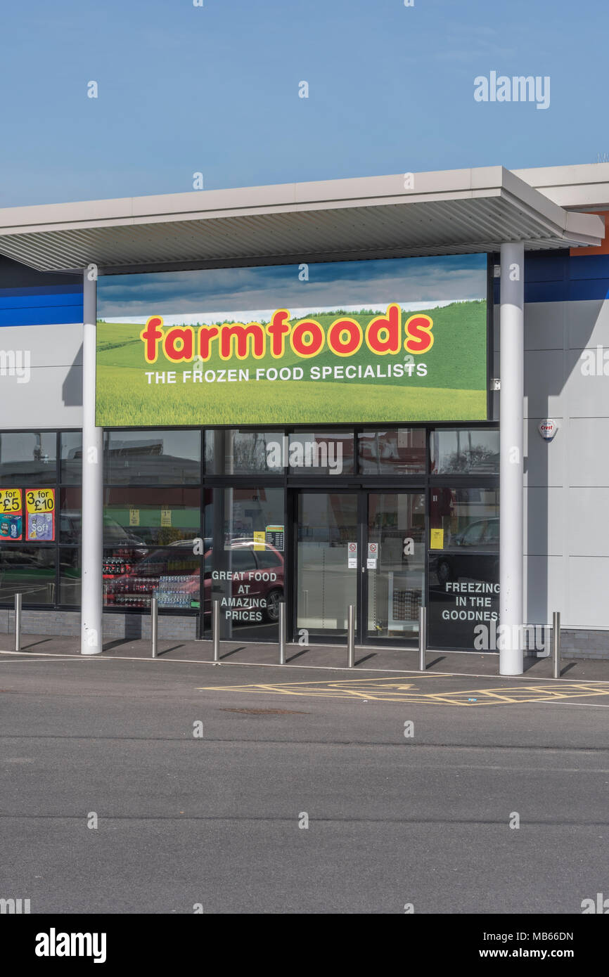 hop / store exterior of the successful UK retailer Farmfoods at Bodmin, Cornwall. Specialises in frozen foods. - Stock Image