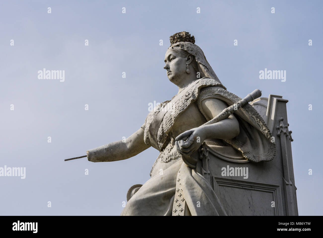 queen-victoria-statue-southend-on-sea-essex-missing-a-hand-due-to-vandals-erected-to-celebrate-her-diamond-jubilee-vandalised-space-for-copy-MB6Y7W.jpg