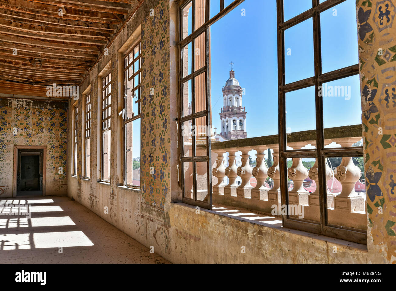 A derelict and crumbling room in the fading Hacienda de Jaral de Berrio in Jaral de Berrios, Guanajuato, Mexico. The abandoned Jaral de Berrio hacienda was once the largest in Mexico and housed over 6,000 people on the property and is credited with creating Mescal. - Stock Image