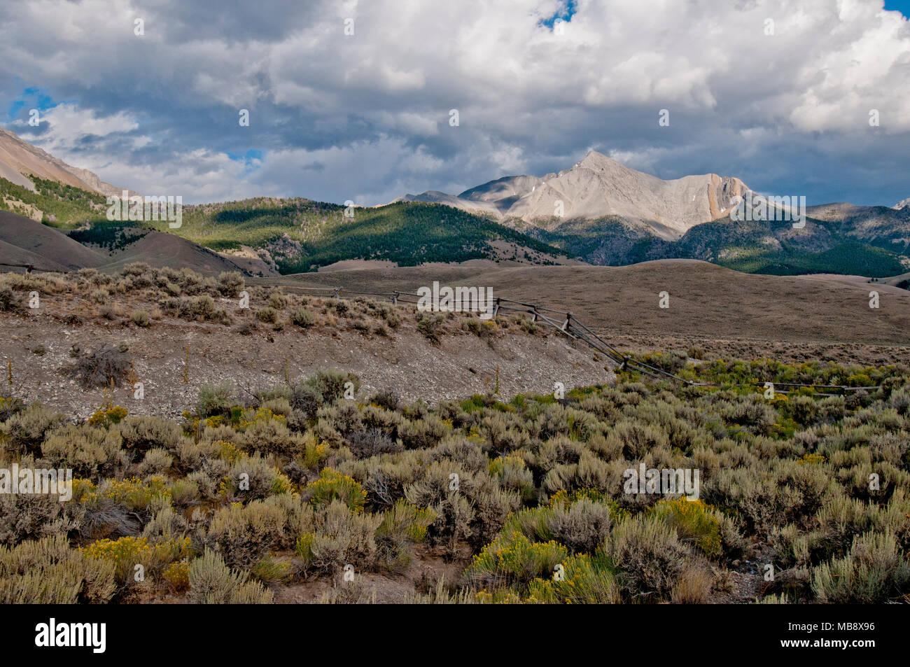 Mount Borah 21-mile-long earthquake scarp with Mount Borah in the background - Stock Image