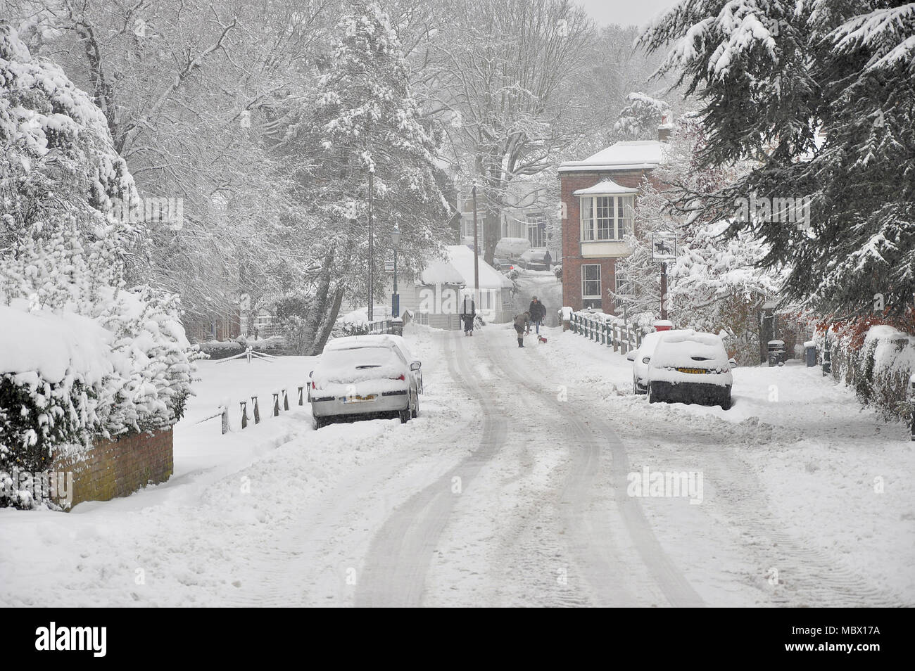 farningham-village-kent-in-heavy-snow-in-winter-farningham-is-a-village-and-civil-parish-in-the-sevenoaks-district-of-kent-england-uk-MBX17A.jpg