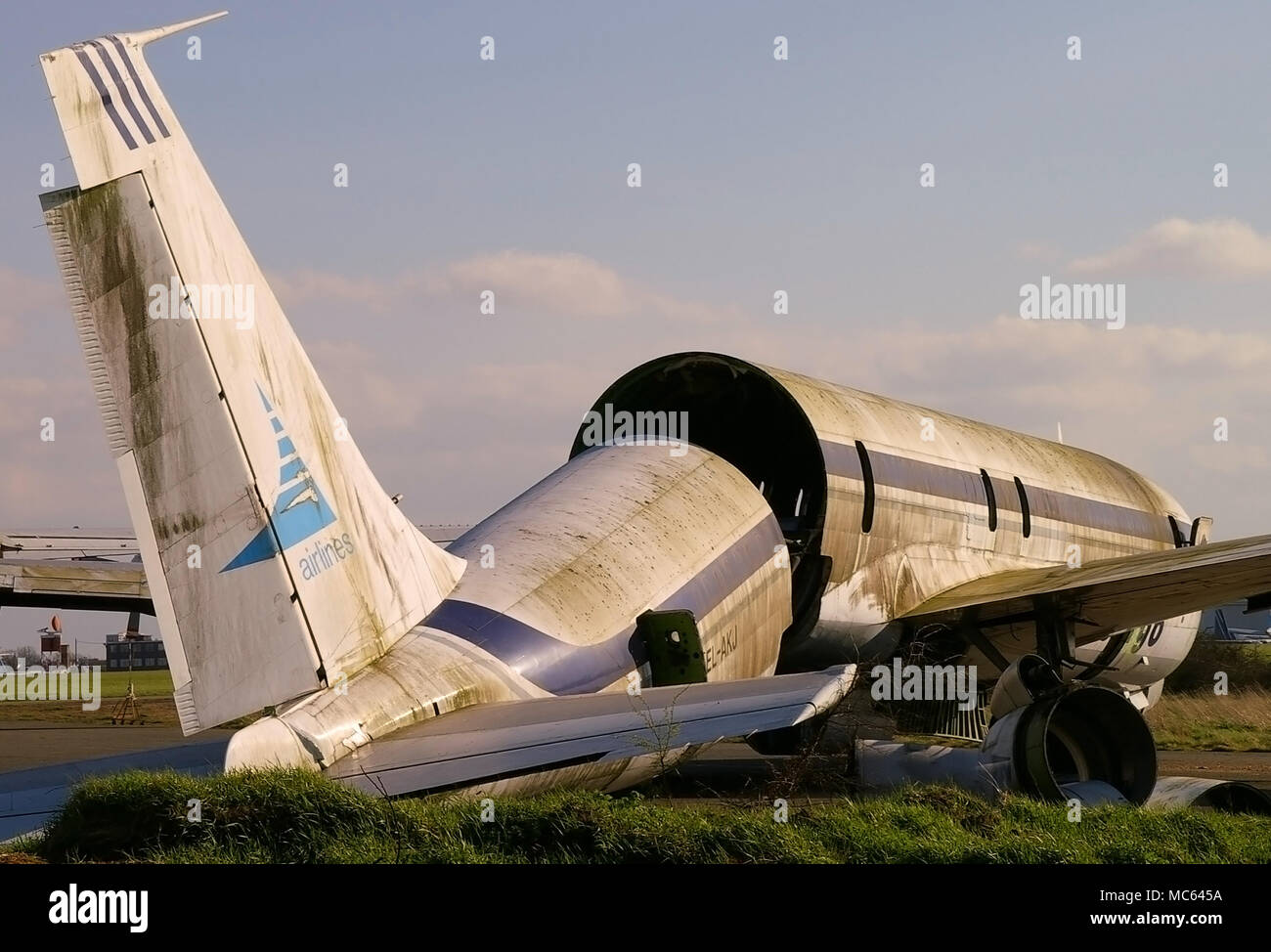 scrapping-a-boeing-707-classic-airliner-at-the-end-of-its-life-being-scrapped-disposed-of-dismantling-retired-jet-plane-tail-cut-off-boneyard-MC645A.jpg