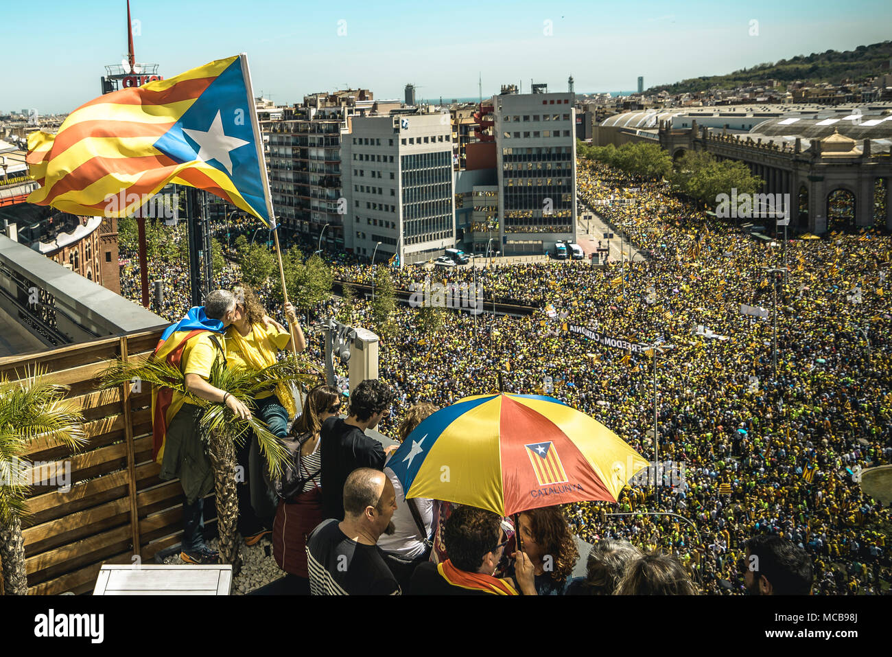 Barcelona, Spain. 15 April, 2018: Pro-independence Catalans fill Barcelona's Avenida del Prallel waving flags and shouting slogans during a demonstration for the release of jailed pro-independence politicians Credit: Matthias Oesterle/Alamy Live News - Stock Image