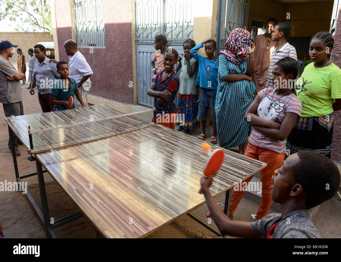 ETHIOPIA , Dire Dawa, children play table tennis / AETHIOPIEN, Dire Dawa, Kinder spielen Tischtennis - Stock Image