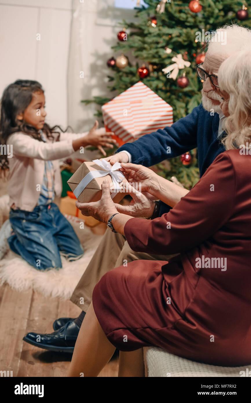 man presenting christmas gift to wife Stock Photo: 181495946 - Alamy