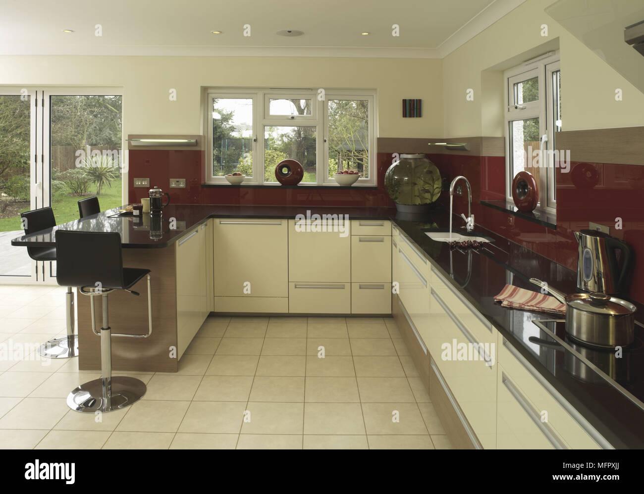 Bar stools at peninsula breakfast bar unit in modern kitchen Stock ...